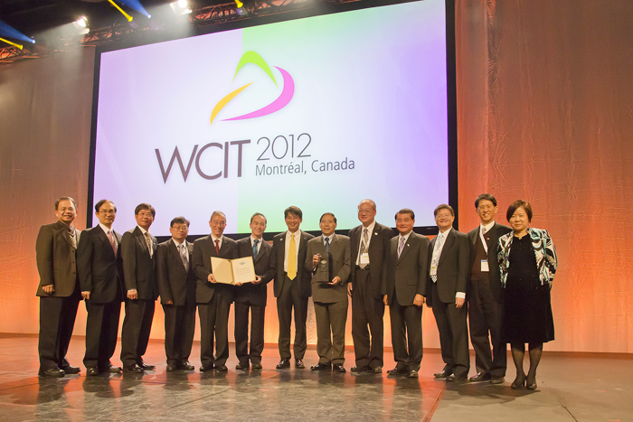 "VP of III, Dr. George Wang, led partners of ""CAFÉ Cloud Alliance of Taiwan"" to receive the ""Excellence Award of Global ICT industry"" from WCIT, World Congress on Information Technology on 24th of October (Taipei time).  Members of CAFÉ Cloud Alliance of Taiwan in the photo with Chairman of WITSA Mr. Dato' Dan E. Khoo (Left 7)."
