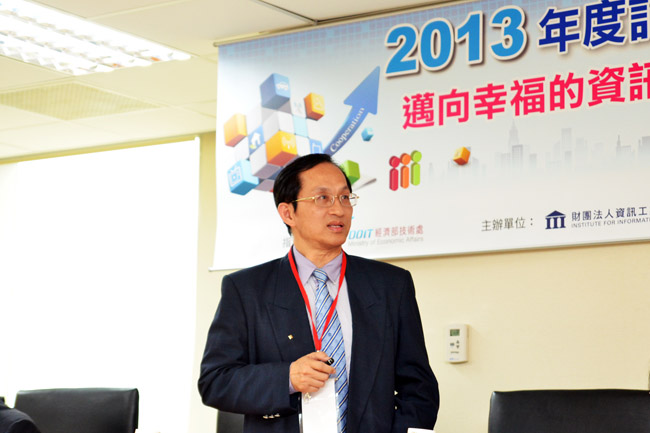 "Photo: Dr. Ruey-Beei Wu, President of III, addresses at the annual press conference today (30th of April): with topic of ""Innovative Service of ICT Industry is to Create Blissful Happiness for Society"", he explains and shares the developing strategy for industry in his observation and analysis in 2013."
