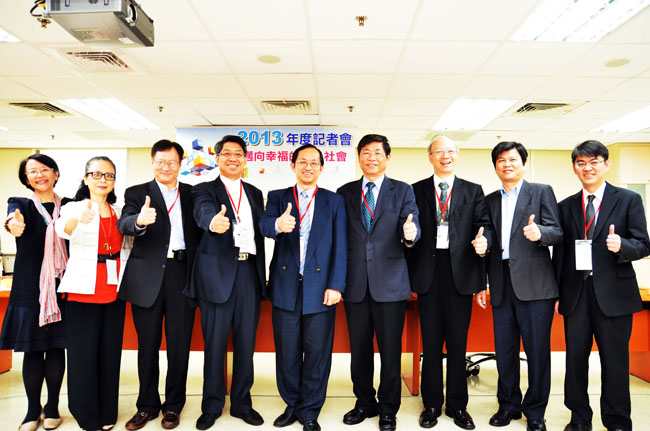 Photo: at annual press conference today (30th of April), Dr. Ruey Beei, Wu with R&D CEOs of III jointly proclaims that as expert of professional ICT technology, III is determined in providing assistance to march with Taiwan toward a wealthy, courtesy and blissful happy society.  Starting from the left are: Dr. Ming-Whui Feng of SNSI, Dr. Grace Lin of ARI, Vice President Dr. Ko-Yang Wan, Vice President Dr. Gary Gong, President Dr. Ruey-Beei Wu, Vice President Pao-Chung Ho, Secretary General Mr. Chen-Pang Lin, Dr. Jen-Da Yang of IDEAS., and Dr. Han-Chao Li of CSCI VP.
